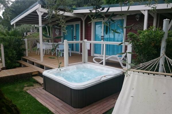 Trasforma il tuo giardino con una spa jacuzzi piscine for Piscine da giardino